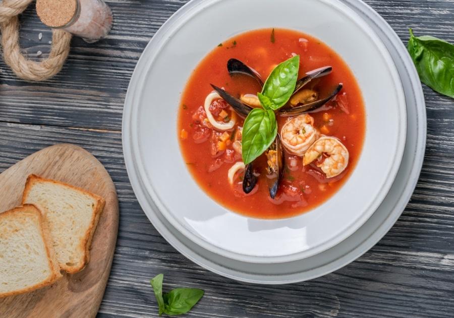 Томатный суп с морепродуктами и базиликом