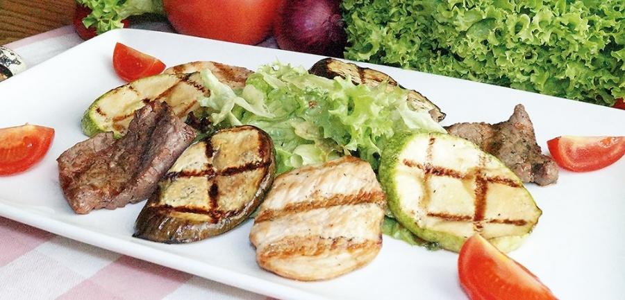 Мясной салат гриль