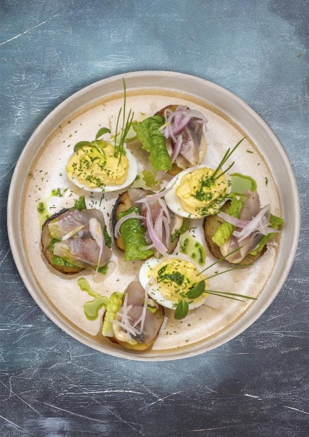 Сельдь с запеченным картофелем и фаршированными яйцами