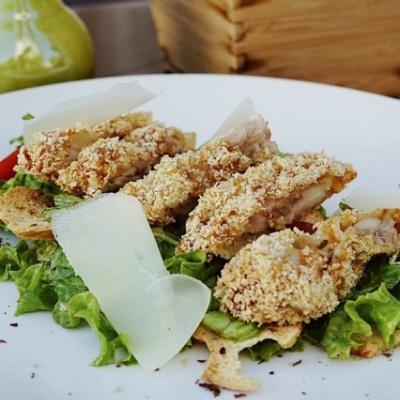Салат с попкорном из курицы в устричном соусе