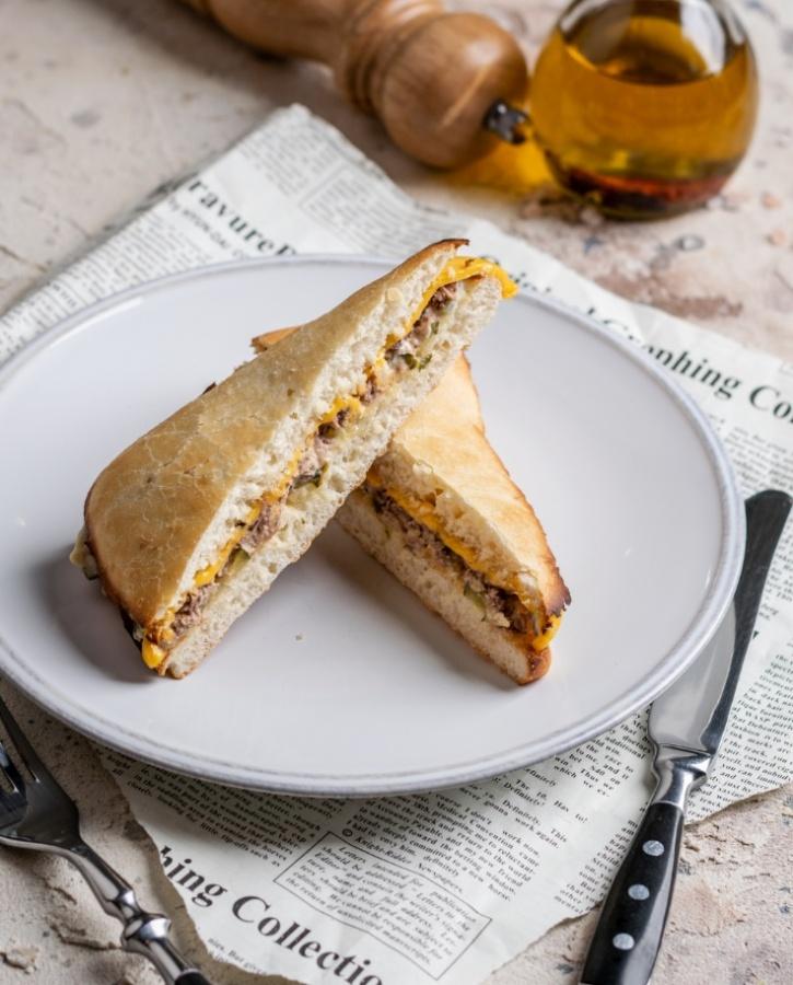 Панини с тунцом и сыром чеддер