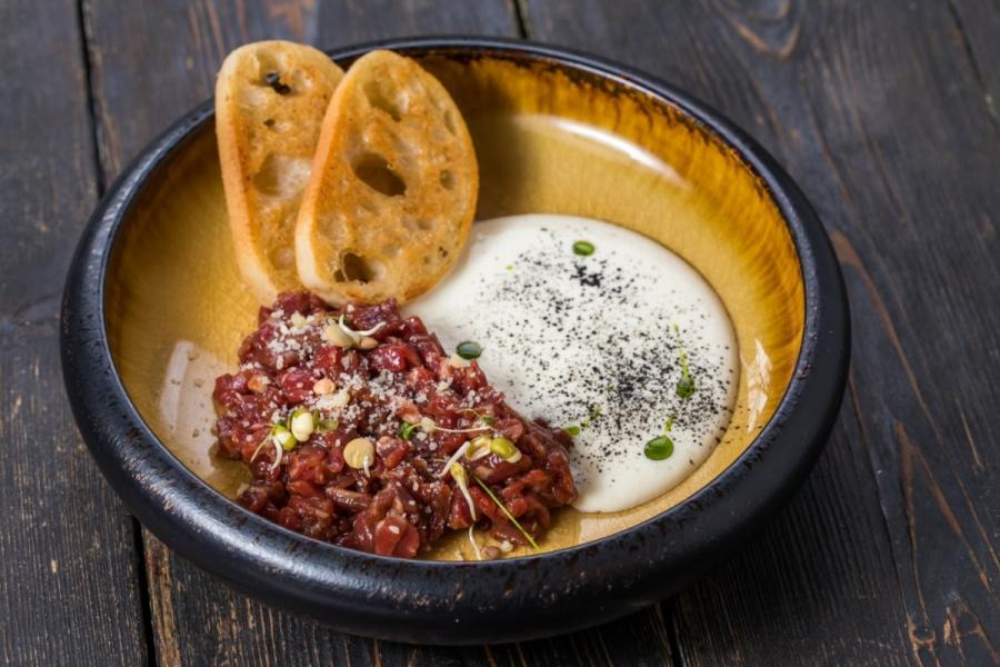 Тар-тар из говядины с кремом пармезан и чиабаттой