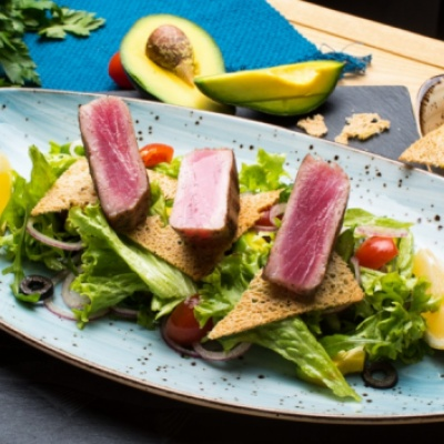 Теплый салат из тунца-гриль