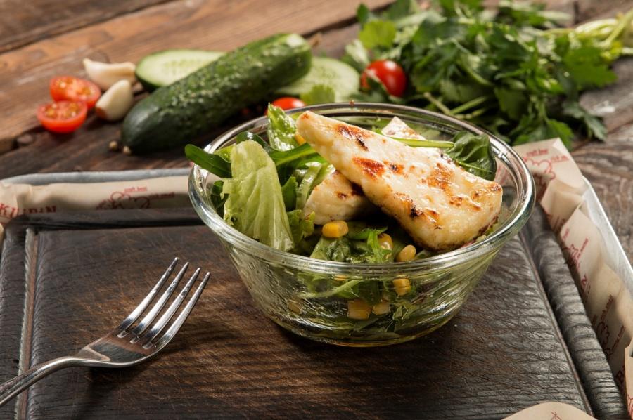 Салат с жареным домашним сыром