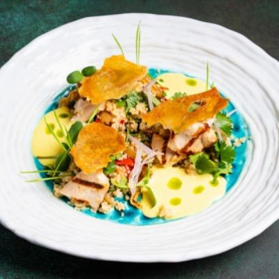 Салат с фермерским цыплёнком, кус-кусом, овощами WOK в соусе йогурт-карри