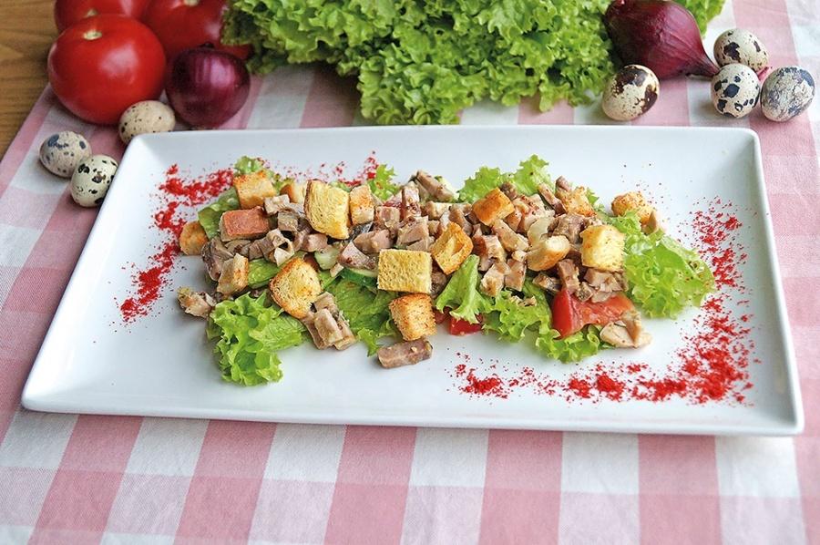 Мясной салат с сухариками и овощами