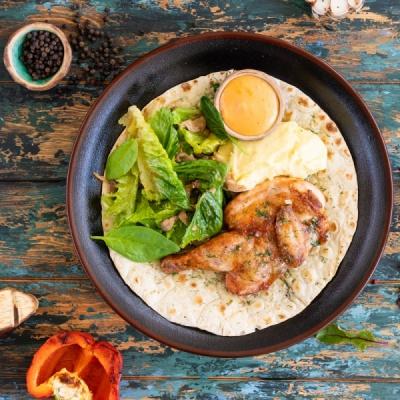 Пол цыпленка с пюре и салатом из маринованной вешенки