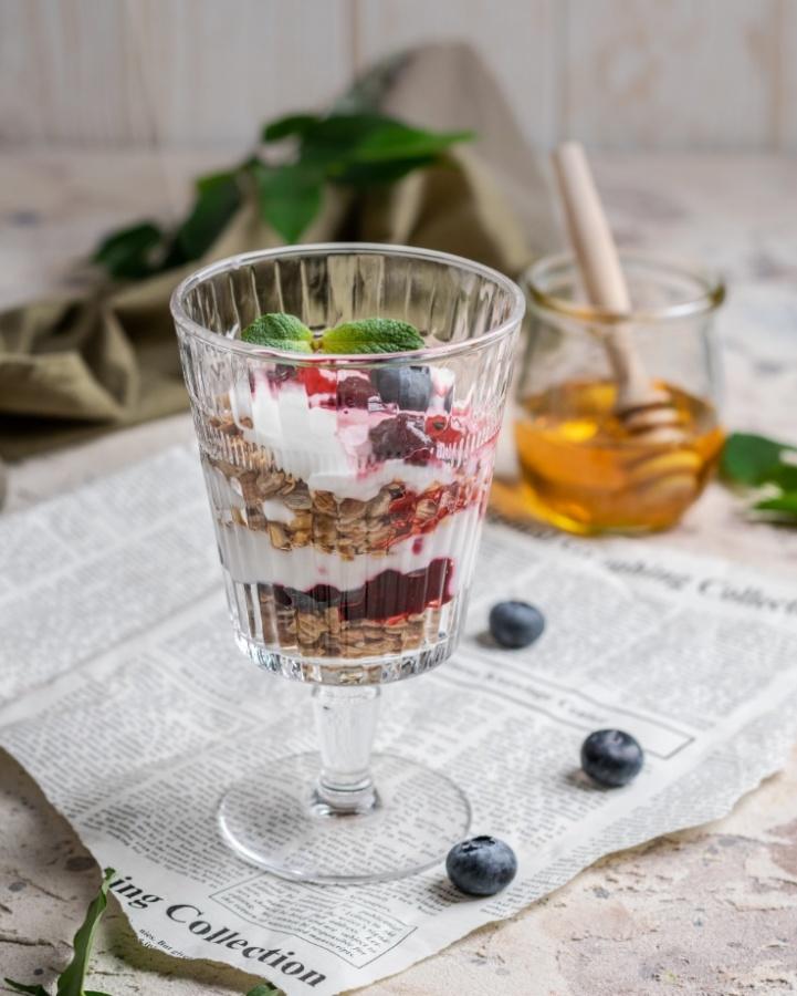 Гранола с йогуртом и вишневым кули