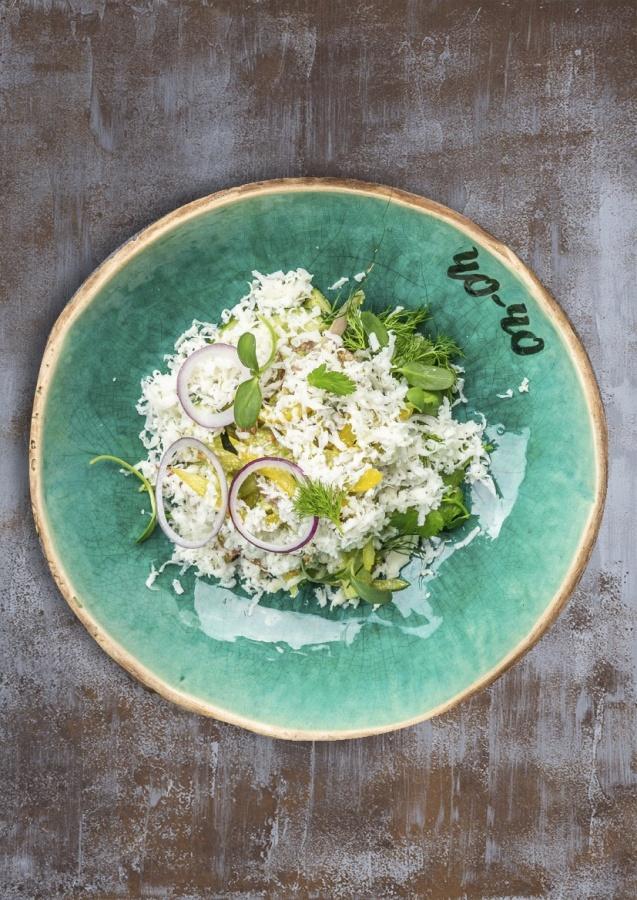 Салат из свежих овощей с сыром сулугуни с соусом песто