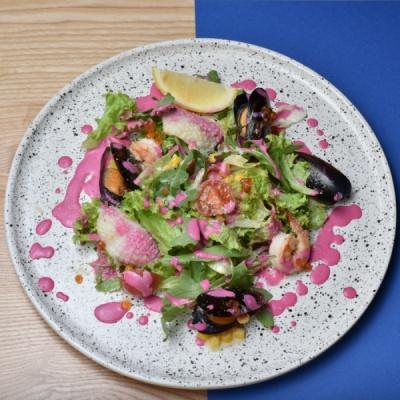 Салат с морепродуктами и красной икрой под свекольно - сливочным соусом