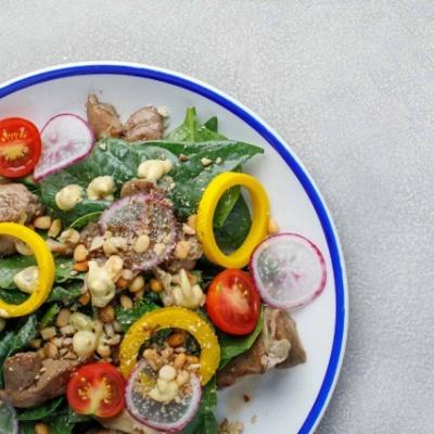 Салат с печенью, грибами и шпинатом