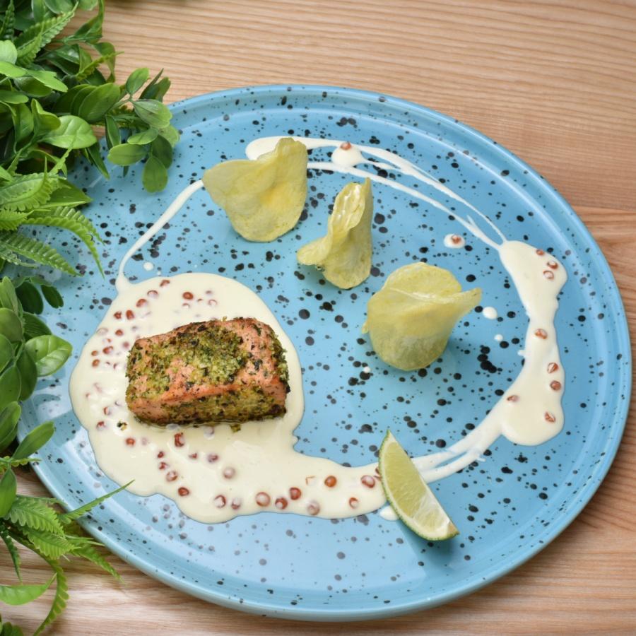Стейк из лосося с гремолатой и сливочно-икорным соусом