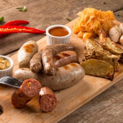 Микс из 3-х видов колбас с набором соусов и гарниров