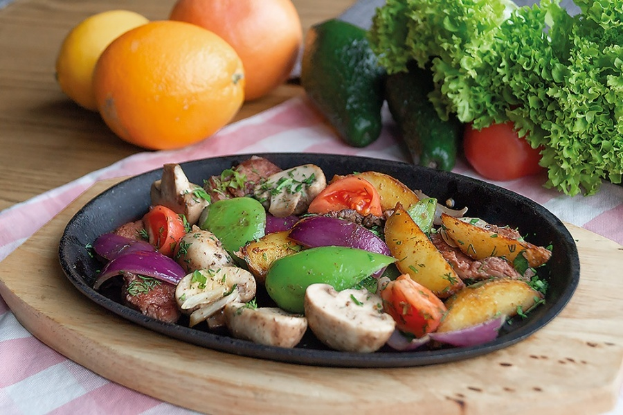 Говядина с грибами и овощами
