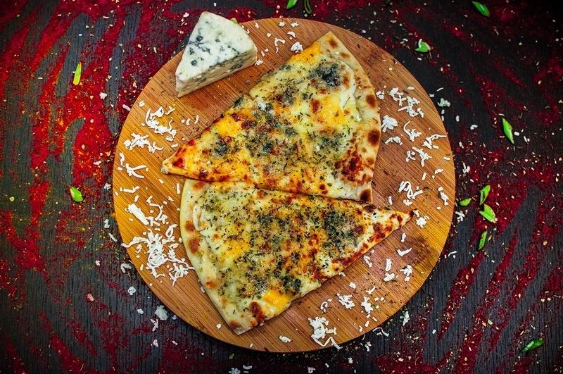 Четыре сыра пицца