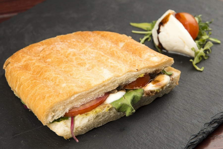 Сэндвич с Моцареллой и томатами