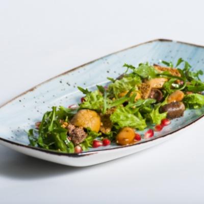 Теплый салат из куриных сердечек и печени