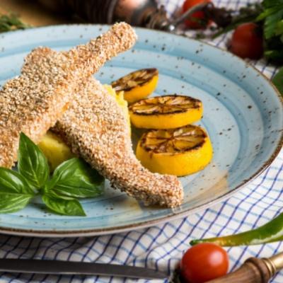 Филе семги в кунжутной панировке с картофелем