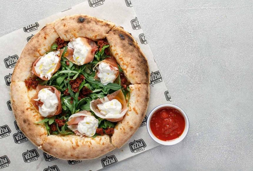 Пицца с Пармой, рукколой и Страчателлой