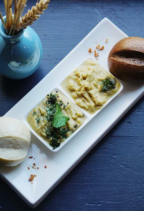 Хумус классический и мятный с французскими булочками