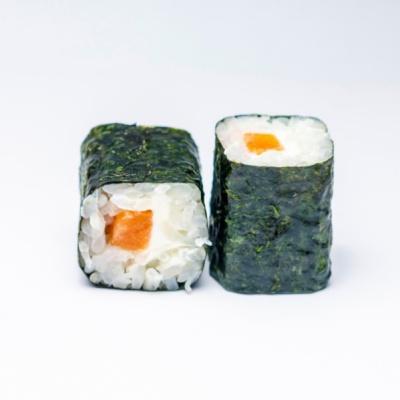 Ролл с копченым лососем и сливочным сыром