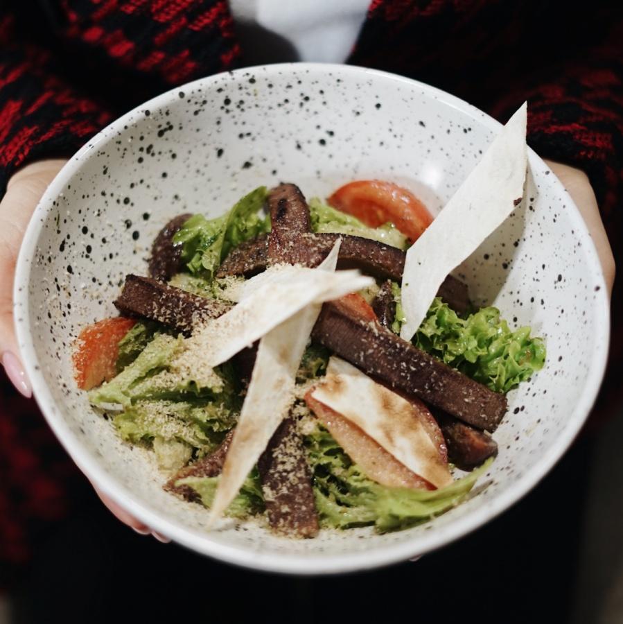 Салат с языком, маринованной сливой и соусом из халвы