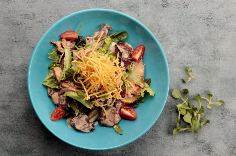 Салат с томленой говядиной и соусом дор блю